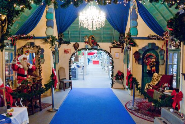 Centre commercial Toujours à l'intérieur, il est possible de montrer à vos visiteurs la vie du Père Noël sous toutes ses facettes. Différentes pièces du palais sont disséminées à travers le centre commercial. Les possibilités sont très étendues, depuis la cuisine ou la salle de bain du Père Noël jusqu'au bureau de poste ou la salle de travail des lutins. Selon la taille du centre commercial, il est également possible de placer au centre, un point de mire, comme par exemple la Maison ou le Château du Père Noël.