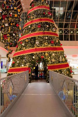 Le sapin géant avec le village de Noël